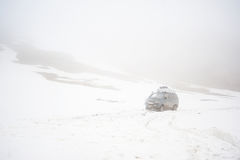 Les voitures des voyageurs sur la route de neige de montagne aménagent en parc voiture de la jeep 4x4 sur un passage de montagne, Images stock