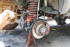 Les voitures entretiennent et l'atelier de réparations Photo stock