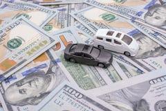 Les voitures modèles ont placé des billets de banque de dollar US Photographie stock