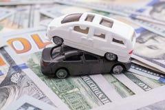 Les voitures modèles ont placé des billets de banque de dollar US Photos libres de droits
