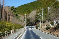 Les voitures roulent sur la route dans Takayama, Japon Images libres de droits