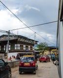 Les voitures roulent sur la rue dans Paro, Bhutan photos stock