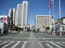 Les voitures se déplacent le long de Howard Street occupée au coeur de San Francisco Photographie stock