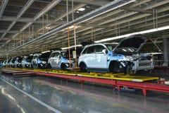 Les voitures se tiennent sur la ligne de convoyeur de la boutique d'assemblée Automobile pro Image libre de droits