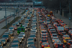 Les voitures se tient dans l'embouteillage Images libres de droits