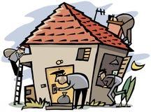 Les voleurs pénètrent par effraction dans la maison images libres de droits