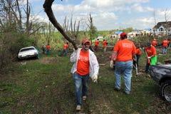 Les volontaires aident à nettoyer après des tornades Image libre de droits