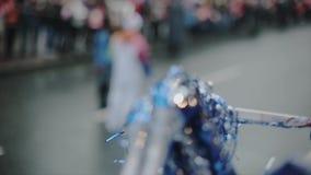 Les volontaires donnent cinq au porteur de flambeau Pom Pom Course de relais de flamme olympique de Sotchi dans le St Petersbourg clips vidéos