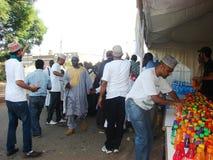 Les volontaires musulmans distribuent le jus Photo stock