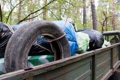 Les volontaires ont rassemblé des déchets d'ordures de déchets à la carrosserie images stock