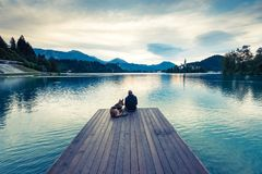 Les voyageurs de couples en Slovénie ont saigné le lac Photo stock