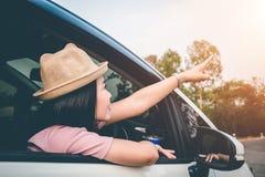 Les voyageurs féminins voyagent avec des voitures au beau milieu de la nature paisible, déplacement des touristes pour trouver se images libres de droits