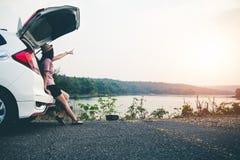 Les voyageurs f?minins voyagent avec des voitures au beau milieu de la nature paisible, d?placement des touristes pour trouver se image libre de droits