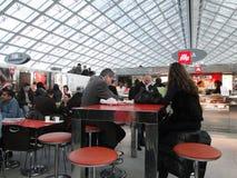 Les voyageurs français apprécient le déjeuner Images libres de droits