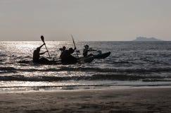 Les voyageurs jouent des kayaks emballent dans le bord de la mer et prennent une photo sur la plage Photo stock