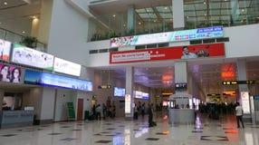Les voyageurs marchent dans le terminal pour passagers à l'aéroport de Yangon Photographie stock libre de droits