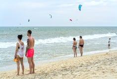 Les voyageurs observent des surfers de cerf-volant Photo stock