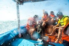 Les voyageurs sont nageants et naviguants au schnorchel en mer d'Andaman Photos libres de droits