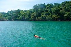 Les voyageurs sont nageants et naviguants au schnorchel en mer d'Andaman Image libre de droits