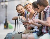 Les voyageurs sont ville guidée avec la carte et appareil-photo Photos stock