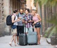 Les voyageurs sont ville guidée avec la carte et appareil-photo Image libre de droits