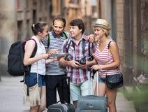 Les voyageurs sont ville guidée avec la carte et appareil-photo Images stock