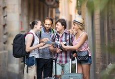 Les voyageurs sont ville guidée avec la carte et appareil-photo Photographie stock