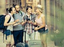 Les voyageurs sont ville guidée avec la carte et appareil-photo Photographie stock libre de droits