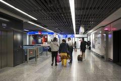 Les voyageuses allemandes de personnes et d'étranger attendent le vol avec des passagers arrivant et partant à l'aéroport interna Photos stock