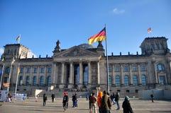 Les voyageuses allemandes de personnes et d'étranger marchent et en posant pour prenez la photo à l'avant du bâtiment de Reichsta Image libre de droits