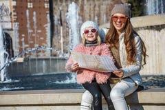 Les voyageuses de mère et de fille près de Sforza se retranchent avec la carte Image stock
