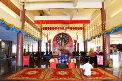Les voyageuses de personnes thaïlandaises et d'étranger visitent et prient le respect au ch image stock