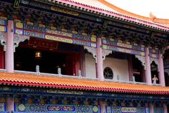 Les voyageuses de personnes thaïlandaises et d'étranger visitent et prient le respect au ch photographie stock
