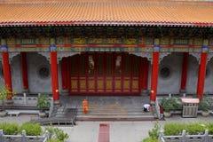 Les voyageuses de personnes thaïlandaises et d'étranger visitent et prient le respect au temple chinois photographie stock libre de droits