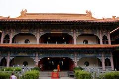 Les voyageuses de personnes thaïlandaises et d'étranger visitent et prient le respect au temple chinois image stock