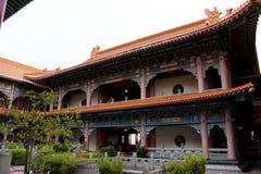Les voyageuses de personnes thaïlandaises et d'étranger visitent et prient le respect au temple chinois photos libres de droits