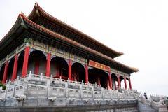 Les voyageuses de personnes thaïlandaises et d'étranger visitent et prient le respect au temple chinois photographie stock