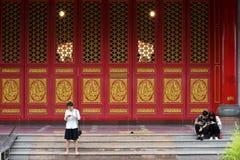 Les voyageuses de personnes thaïlandaises et d'étranger visitent et prient le respect au temple chinois photos stock