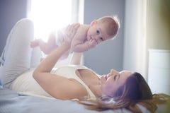 Les vraies joies d'être une maman photos libres de droits