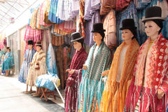 Les vêtements de vacances des femmes boliviennes traditionnelles de Cholita Photo libre de droits