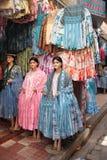 Les vêtements des femmes boliviennes traditionnelles dans un magasin de mode Images stock