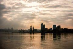 Les vues de Baku Bay un jour nuageux avec le soleil rayonne par les nuages Image stock