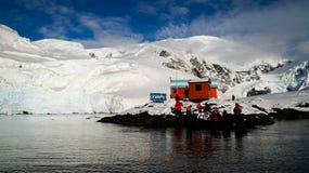 Les vues de Milou de la station de Brown sur le paradis hébergent/îles en Antarctique image libre de droits