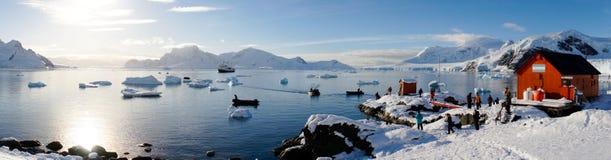 Les vues de Milou de la station de Brown sur le paradis hébergent/îles en Antarctique photos libres de droits
