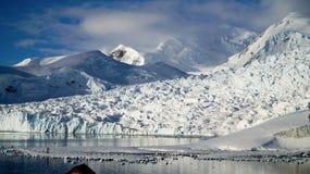 Les vues de Milou de la station de Brown sur le paradis hébergent/îles en Antarctique images libres de droits