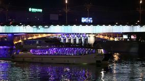 Les vues de Moscou la nuit transportent en bac des voiles sous le pont clips vidéos