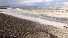 Les wawes de mer ont lavé l'été de cailloux banque de vidéos