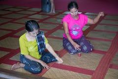 Les wemen de lundi répare le tapis de Krajud dans le temple thaïlandais Photos stock