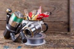 Les wobblers d'appâts dépassent de la tasse en métal blanc Image libre de droits