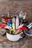 Les wobblers d'appâts dépassent de la tasse en métal blanc Photographie stock